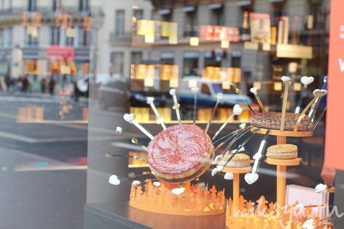 Галет в витрине кондитерской Pierre Hermé Paris