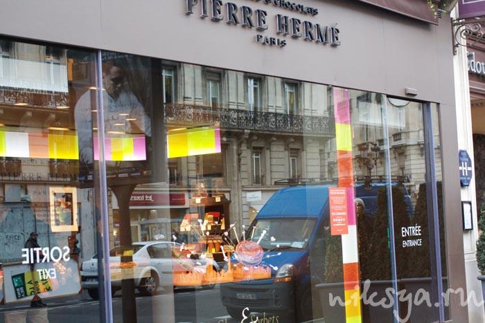 Витрина кондитерской Pierre Hermé Paris