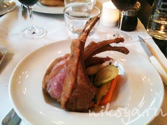 Телятина на косточке с овощами в ресторане Жерара Депардье в Париже