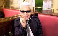 Карл Лагерфельд в Cafe de Flore в Париже