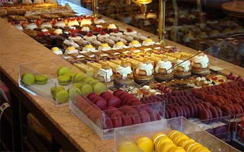 Чайный салон - кондитерская Carette в Марэ, ассортимент пирожных на вынос