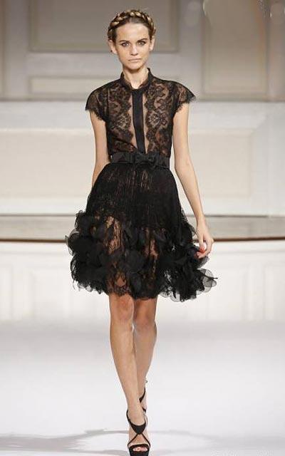 Платье отделанное кружевом шантильи на дефиле Haute-Couture оскар де ля Рента 2010 г.