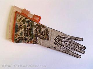 В средние века знать носила перчатки, украшенные драгоценными камнями и золотом.