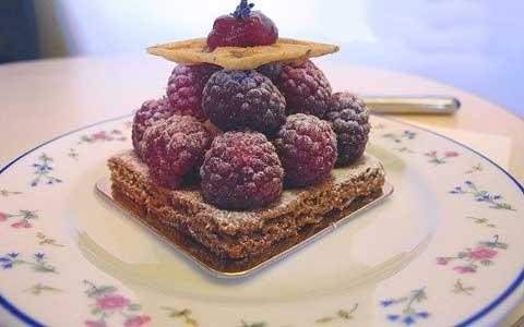 Carette в Марэ, ассортимент пирожное с малиной
