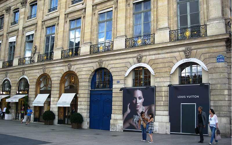 Ювелирный бутик Louis Vuitton на площади Vendome в Париже