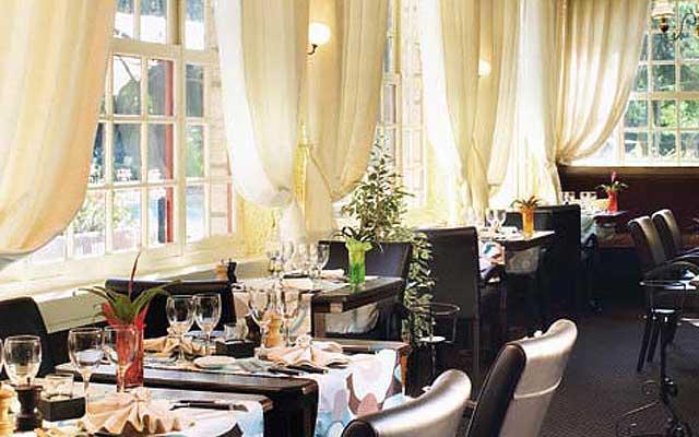 Отель-шарм Hostellerie du Lys в Шантийи, ресторан