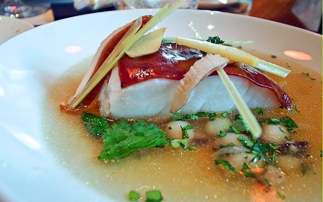 ресторан Mini Palais Париж, лакированная треска в бульоне с цитронеллой и горохом нут