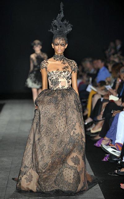 Платье отделанное кружевом шантильи на дефиле Haute-Couture Валентино